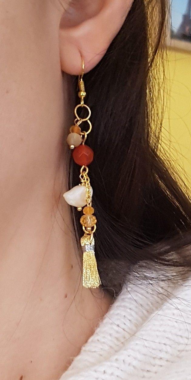 Aros dorados con perla blanca, cornalina, ojo de gato, cristales y borla dorada