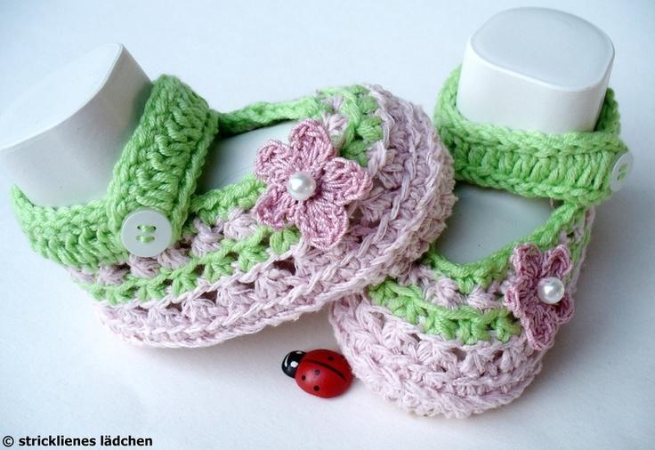Diese Babyschühchen sind für die Farbaktion MärzHerz in den Farben rosa und hellgrün gefertigt.     Die Babyschuhe sind mit sehr schönem und weiche...