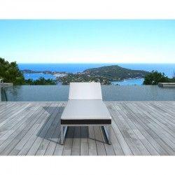 La ligne design du bain de soleil transat 5 positions GABY en résine tressée noire et son coussin blanc s'harmonise avec tout type de meuble.