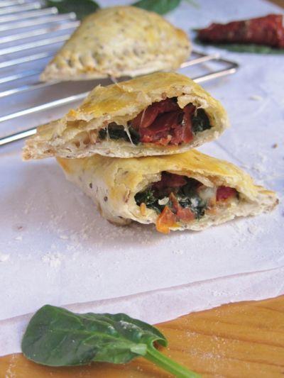 Chaussons fourrés au épinard, tomates confites et mozzarella