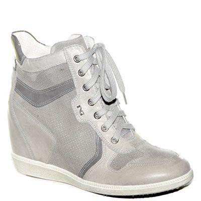 #Sneaker con la zeppa interna in pelle e camoscio grigio.