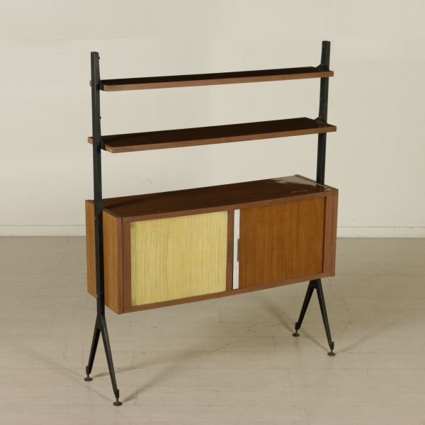 Libreria anni 50-60 ad elementi regolabili in altezza; legno ricoperto in formica, montanti in metallo.
