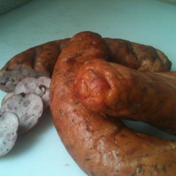 Une recette de dinde fumée sur le fumoir. Le secret est dans la saumure et dans l'injection de la dinde fumée. Une viande ultra juteuse sans être détrempée.