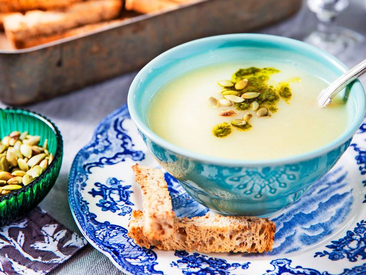 Vilken soppa! Enkel rotfruktssoppa får en extra knorr med örtoljan och rostade pumpafrön på toppen.