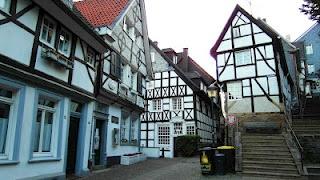 Alte Kirchtreppe von schönen Fachwerkhäusern umgeben in Essen-Kettwig.