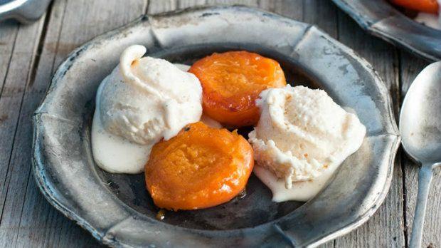 Karamelizované meruňky s vanilkovo-rumovou zmrzlinou Foto: