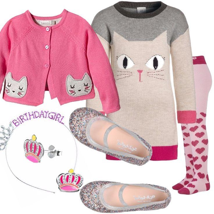 E' il suo compleanno e per questo occorre un look speciale! Abito in maglia con stampa di gatto, golfino rosa con applicazioni. Collant rosa con stampa a cuori, cerchietto per capelli con coroncina e scritta, ballerina argentata dai riflessi multicolore.