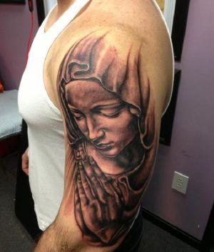 Los diseños de tatuaje de la Virgen María son muy populares en las culturas latinas y católicas, tanto en hombres como mujeres. En México es conocida como La Virgen de Guadalupe. Es la madre de todos los hispanos y ocupa un lugar muy especial en los corazones de la mayoría de los mexicanos. Inspírate en estos maravillosos diseños.: El Rostro triste de la Virgen