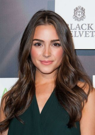 Our *favorite* celeb styles for brunette hairspiration! Olivia Culpo looks stunning with all natural waves.
