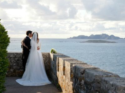 Destination wedding in Spain: http://www.zankyou.us/p/a-real-destination-wedding-by-the-sea-in-the-parador-de-baiona-spain-39518