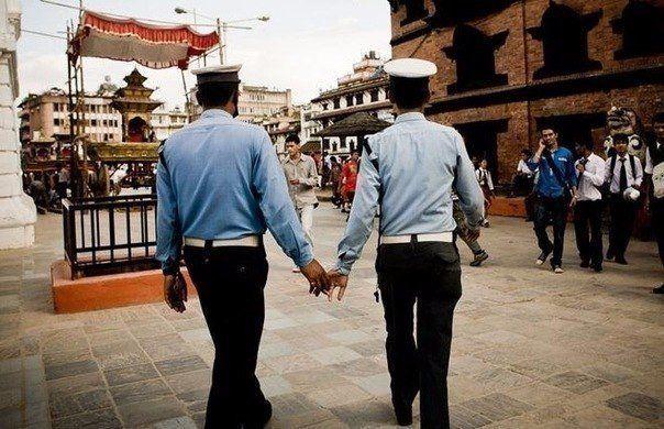 В Непале и Индии полицейские ходят, держась за руки
