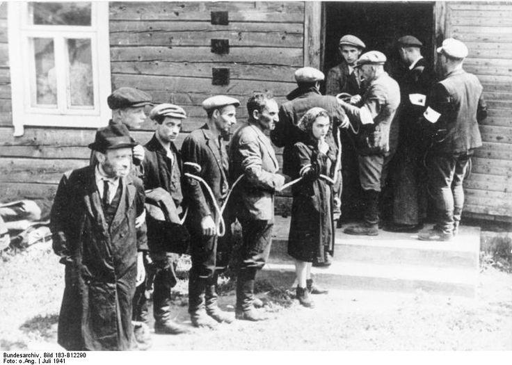 Über 200.000 Juden wurden in Litauen zwischen 1941 und 1944, hauptsächlich durch Angehörige der dafür aufgestellten Einsatzgruppen und ihrer Helfer ermordet. Mehr als 20.000 Litauer waren an Pogromen und an der Ermordung der jüdischen Bevölkerung beteiligt.   #Antisemitismus #Holocaust #Holocaust in Litauen #Juden #Kollaboration #Krieg #Litauen #Mord #Nationalsozialismus #Pogrom #Simon Wiesenthal Center #Vilnius #Zeit des Nationalsozialismus