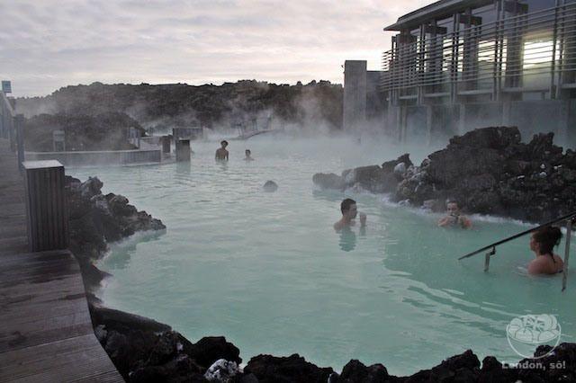 A Blue Lagoon é um spa geotermal e uma das atrações mais visitadas da Islândia. As águas quentes da lagoa são ricas em minerais como a silica e enxofre, e dizem que se banhar lá pode ajudar às pessoas que sofrem doenças de pele (pensando nisso, a experiência se torna até um pouquinho nojenta, né?). A água é renovada a cada 40 horas e sua temperatura fica entre 37 e 39°C.