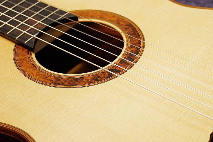 Régis Sala luthier de guitares classiques guitares électriques guitares basses val d'oise saint martin du tertre