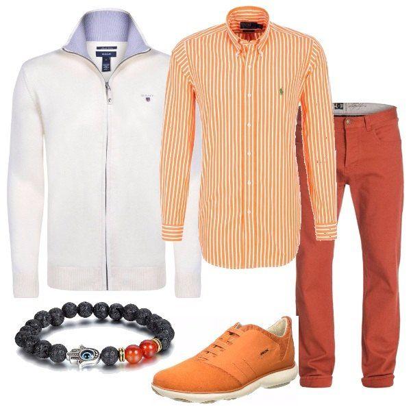 Una camicia a righe nei colori bianco e arancione viene accostata a dei pantaloni arancioni e ad un cardigan bianco con zip. Le scarpe sono delle sneakers grigie e un braccialetto con perle di pietra completa la proposta.