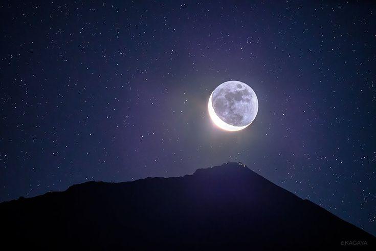 昨日未明、富士山の山頂から顔を出した月齢26の月。 ちょうど最高峰剣ヶ峰の上にさしかかったことろです。 この荘厳な光景を見るために、あらかじめ計算した日時、場所で待機しました。 (静岡県富士宮市にて撮影)