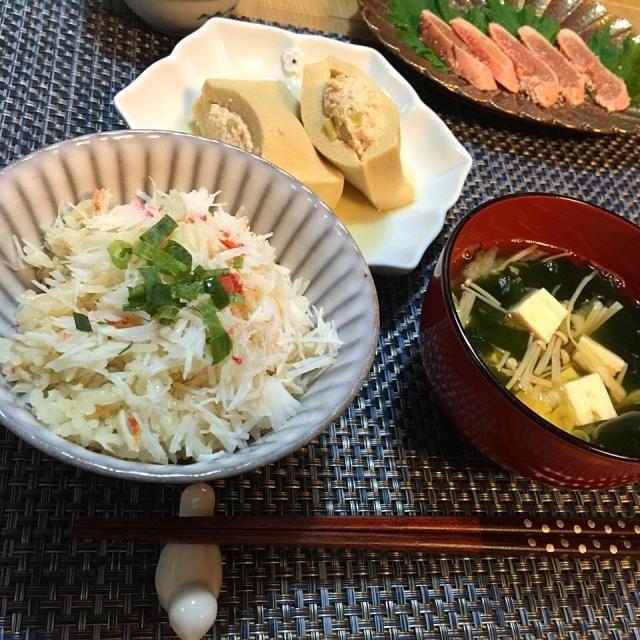 お歳暮にいただいて、冷凍庫に眠っていたズワイガニの爪をダシで煮て、そのダシでご飯を炊きました。 ダシ汁が少し余ったのでお吸い物もできました ^ ^ - 21件のもぐもぐ - 晩ご飯  蟹の炊き込みご飯  高野豆腐の肉詰め by ykoko