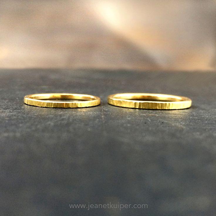 minimalistisch gouden trouwringen, gehamerd 18k geelgoud www.jeanetkuiper.com