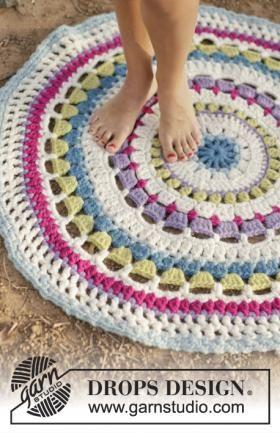 Круглый разноцветный коврик крючком, выполненный из толстой шерстяной пряжи, похожей на ровницу. Вязание коврика осуществляется по приведенным в...