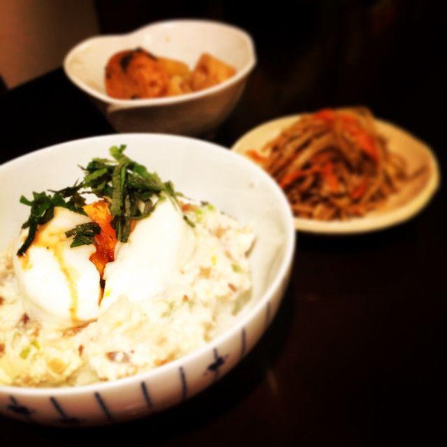 ヨルタモリの豆腐丼    ヨルタモリで高瀬川さんが作っていました。    材料 (二人分) ごはん 2膳 ☆豆腐 1丁 ☆ネギ 5cm ☆ゴマ 大さじ1 ☆いぶりがっこ 5cm ☆しょうゆ 大さじ1 温泉卵 2個 大葉 3枚  作り方 1 ネギといぶりがっこをみじん切りにし、☆を全てボウルで混ぜる。 2 ごはんに1を乗せ、温泉卵と刻んだ大葉を乗せれば完成。 コツ・ポイント ごはん、豆腐、ねぎ、いぶりがっこ、大葉、しょうゆはお好みで増減してください。