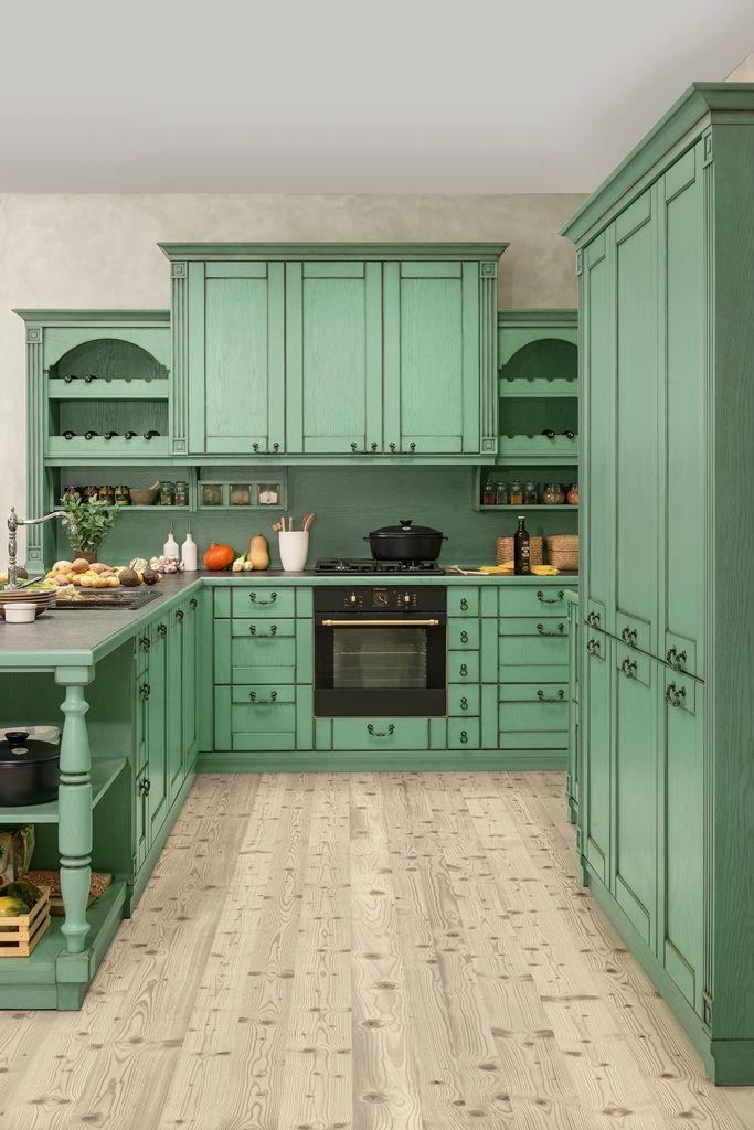 rustikalna kuchyna HANAK na mieru, krasna zelena vidiecka kuchyna v style juzneho francuzska s dominatnymi uchytkami a polickami na vinove flase