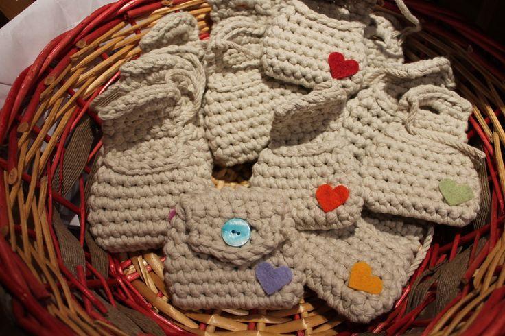 Borsellini di cotone fatti all'uncinetto, decorati con cuori di feltro.