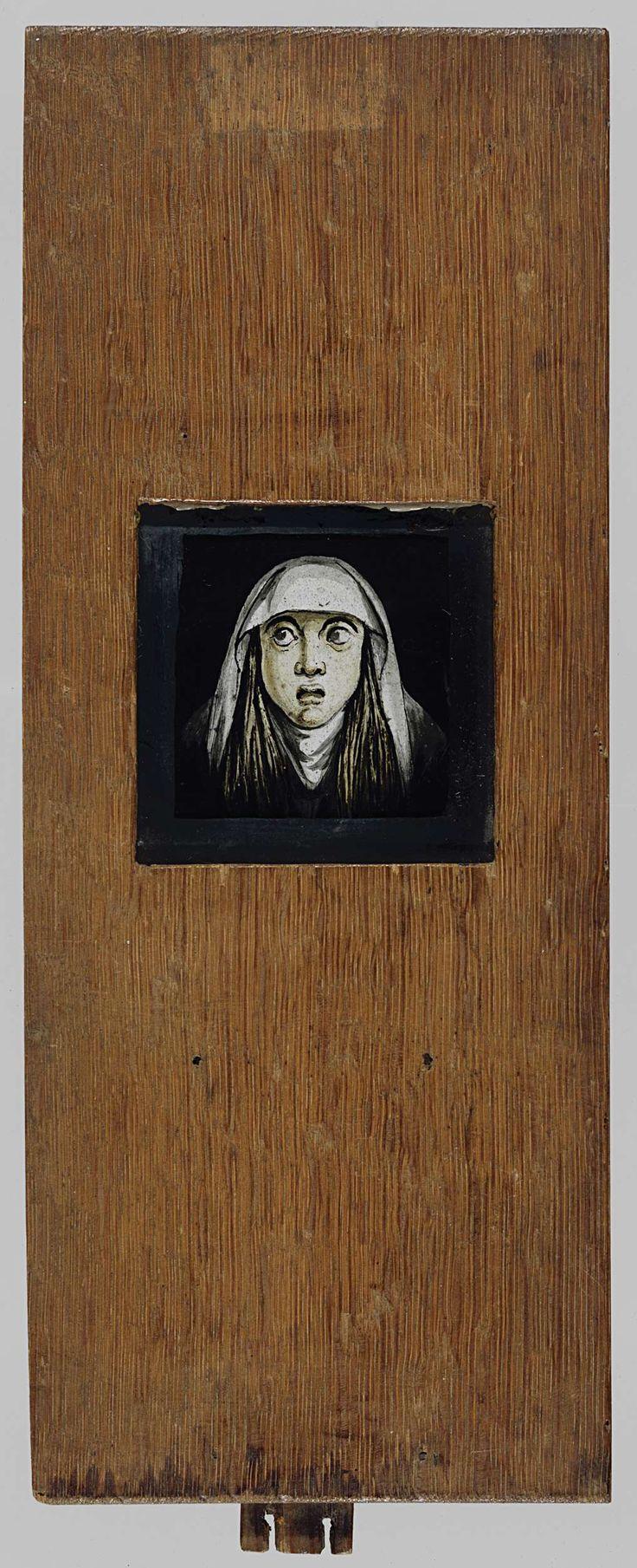 Anonymous   Beweegbare plaat van een meisje met een verschrikt hoofd., Anonymous, 1700 - 1800   Houten frame met glasplaat, gebruikt voor toverlantaarn. Meisje mt een verschrikt hoofd. Ze heeft lang haar dat langs haar gezicht valt. Op haar hoofd draagt ze een wit kapje en de ogen kunnen bewogen worden.