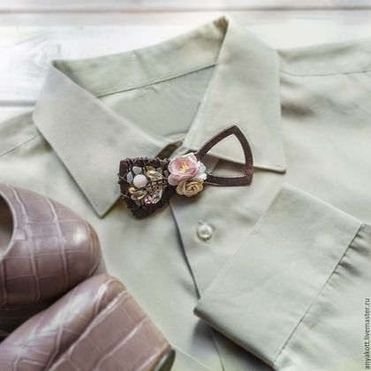Купить или заказать Чокер Бабочка в интернет-магазине на Ярмарке Мастеров. Чокер-бабочку можно носить как чокер или как бабочку (под рубашку). Подходит как для тематической вечеринки или девичника, так и для повседневной носки. Длина бабочки 9,5 см Длина ленты - 28см + цепочка для увеличения длины (для шеи большего обхвата, а также для ношения в виде бабочки) На заказ: цветы могут быть другого цвета. Дополнительно можно заказать: -серьги -браслеты -детские ушки (от 1 до…