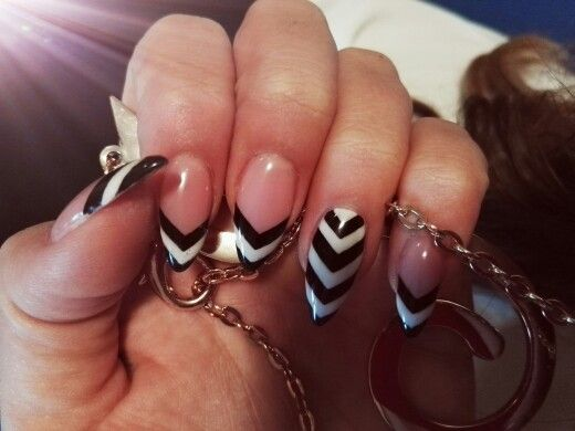 Black&white unghie a siletto con righe a punta bianche e ...