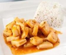 Calamares encebollados con guarnición de arroz blanco