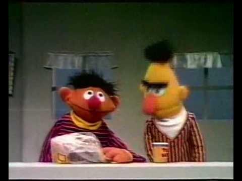 Bert & Ernie - Boterhammen met pindakaas over delen...