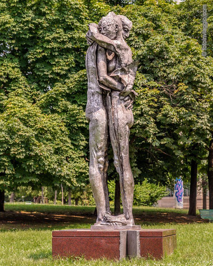 Monumento ai donatori di sangue   Parco Vittorio Formentano - Milano (MI) - Italia ################################### Un #abbraccio pieno d'#amore e #carità nella #statua dedicata ai #donatoridisangue presso #parcovittorioformentano a #milano