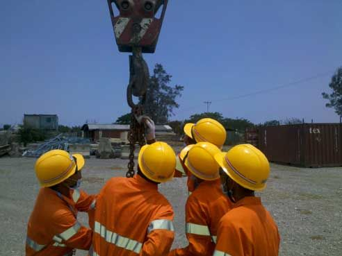 Practical training for dogging and rigging in East Timor