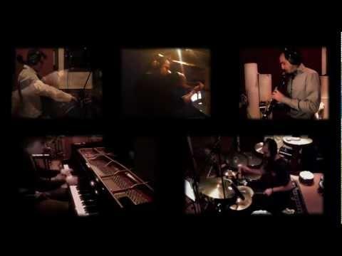 """Franz von Chossy Quintet, bu akşam, nam saldığı """"sinematik"""" yaklaşımıyla Cemal Reşit Rey'de Adem ve Havva'yı bir kez daha cennetten düşürecek. 6 yaşında piyano çalmaya başlayan Franz Von Chossy, 2006 yılında Amsterdam Konservatuar'ından en yüksek dereceyle mezun oldu. Müziği, modernden klasiğe kadar birçok farklı unsuru barındıran sanatçı, geleneksel cazdan vazgeçmedi. Kendisine klarnette Alex Simu), çelloda Joerg Brinkmann, davulda Yonga Sun, ve kemanda Jeffrey Bruinsma eşlik ediyor..."""