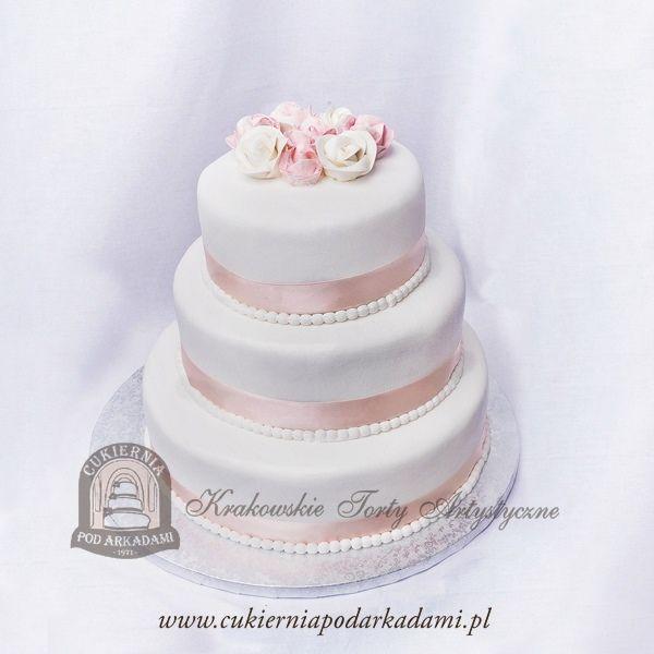 5BW Tort weselny piętrowy z lukrowanymi kwiatami. Classic wedding floral cake with satin ribbon.