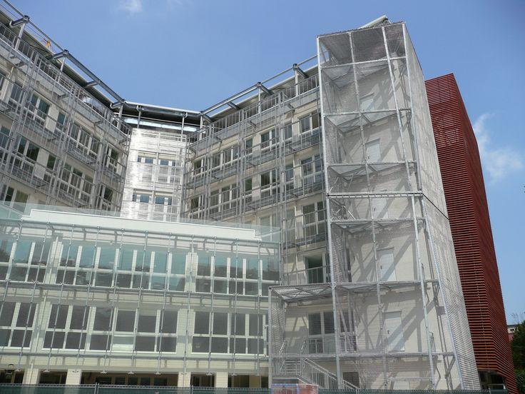 Ospedale maggiore policlinico, mangiagalli nel Milano, Lombardia. Facciata ventilata in cotto, reti e vetro.