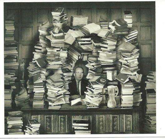 Man in boekenkrans (foto Van Empel)