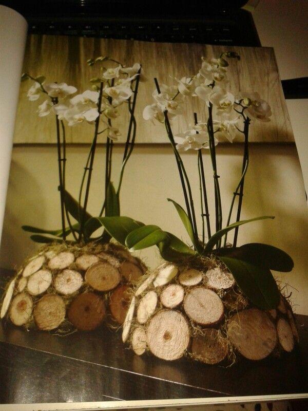 Creatief met orchidee, houtschijfjes geplakt op piepschuim