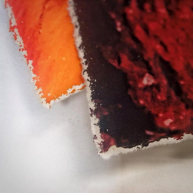 "Detalle del barbado manual que hemos aplicado en el Canson Infinity Velin Museum Rag 315gsm, especialmente indicado para ser barbado manualmente al ser un tipo de papel ""mould made"" #deckle #decklededge #deckled #deckleedge #cansoninfinity #illustration #ilustracion #artprint #giclee #gicleeprint #graficartprints #gap #fineart #fineartprints #prints #impresiongiclee #gicleereproductions #canson #VELIN #digitalart #gicleefineart #digitalpainting #contemporaryart #fineart #artprint #drawing…"