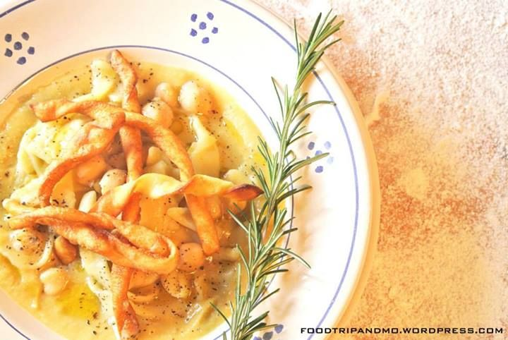 Impiattare aggiungendo un filo di Olio Extra Vergine d'Oliva a crudo, pepe e la tria fritta. Buon appetito da Food Trip and More