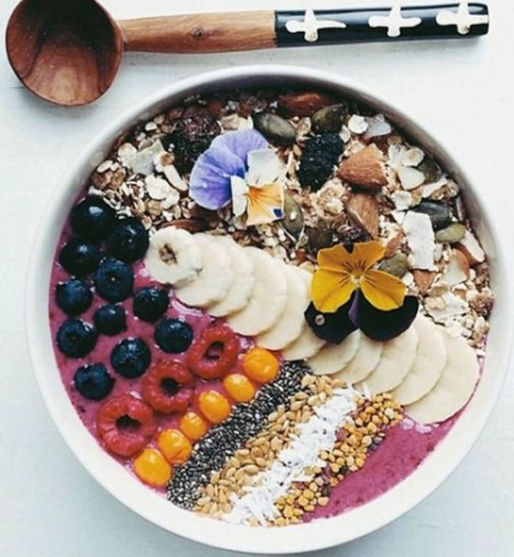 Smoothie Bowl: le nouveau petit déjeuner healthy. Smoothie bowl aux fruits rouges, banane et mélange de graines et noix. Cosmopolitan.fr