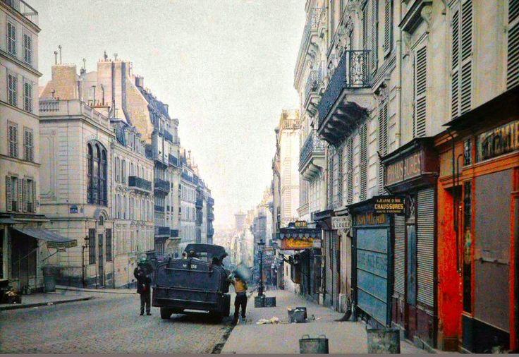 La rue des Martyrs en juin-juillet 1914, apparemment un jour de ramassage des poubelles. A gauche on distingue la rue de La Tour-d'Auvergne. La belle rangée d'immeubles juste plus bas n'existe plus, en 1929 on y a percé le square Trudaine. Une photo de Stéphane Passet - © Musée Albert-Kahn (Paris 9ème/18ème)