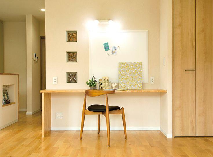 キッチン脇に設えた造作カウンターデスクは、奥さまの書斎コーナー。大きなマグネットボードが機能的です。|アイデア|インテリア|おしゃれ|かわいい|自然素材|飾り棚|