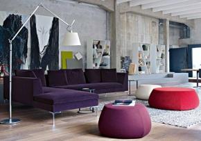 Mix tussen industrieel en design. Gaaf deze woonkamer, leuke kleurtjes. De bank is van het merk B Italia. Zouden de poefs ook van dat merk zijn?