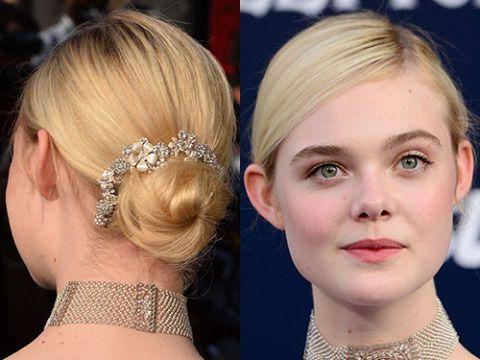 Elle si presenta sempre con accessori per capelli con molta disinvoltura. Per uno degli ultimi look ha scelto uno chignon da ballerina molto semplice, impreziosito da una corona di cristalli. Incredibilmente grazioso.