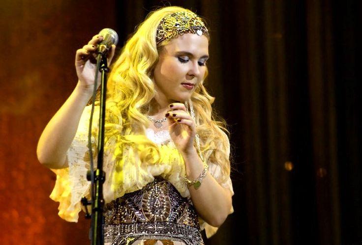 Пелагея Сергеевна Ханова родилась в Новосибирске 14 июля 1986 года. Исполняет русские народные песни, романсы, является автором собственных песен. С детских лет занимается музыкой, получила музыкальное образование.