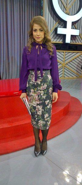 Юлия Барановкая. Блузка MD Фиолетовая блуза из приятной вискозной ткани на пуговицах. Длинные тесемки ткани у воротника можно пустить свободными или же завязать их стильным бантом у горлышка.