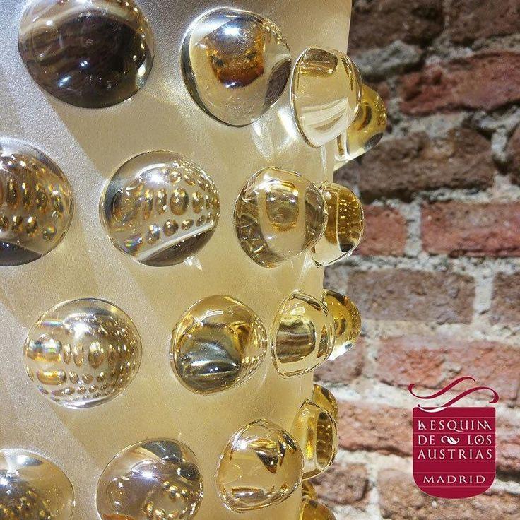 Jarrón MOSSI. René Lalique diseñó esta pieza y buque insignia de la marca en 1933. Esta pieza juega con el contraste entre el brillo de sus cabujones y el glaseado de su base. #cristal #decoración #lalique #laliquecrystal #crystal #crystalvase #vase #luxury #luxurylife #luxuryhomes #luxuriouslife