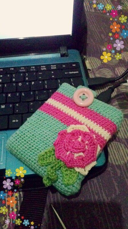 Pouch hdd (hard disk)  Alhandulillah bisa bikin pouch yang rajutannya bisa luruss...  Aku pakai half double crochet utk pouch hdd nya. Utk bunganya pakai double crochet