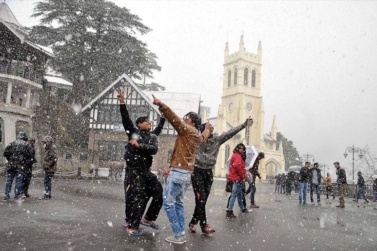After much delay, cold wave grips #Himachal as #snow blankets #Shimla ,  and other high hills have been experiencing intermittent #Snowfall since early Monday.  #jakhuropeway